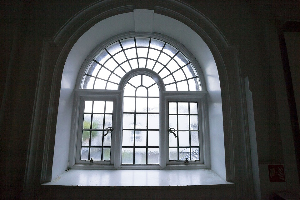 Title image for ShutterTec blog about dressing shaped windows